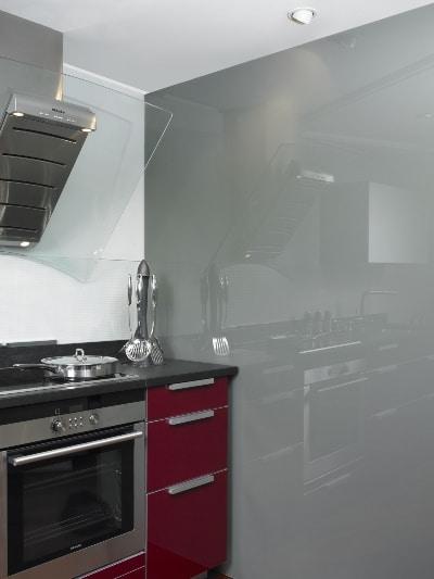 Szkło lakierowane jako okładzina ściany w kuchni