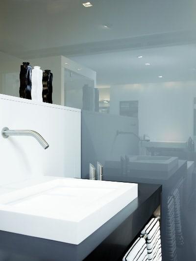 Szkło lakierowane jako okładzina ściany w łazience