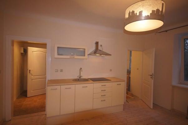 Kuchnia z pralką schowaną za drzwiczkami kuchennymi