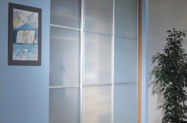 Małe mieszkanie – dużo miejsca dzięki szafie