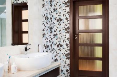 Drzwi do łazienki – jak wybrać i zamontować
