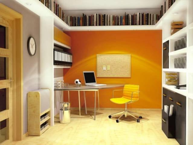 Biblioteka pod sufitem. Półki można umieścić nawet na wszystkich ścianach. Można zrobić zabudowę z płyt g-k, ale równie dobrze sprawdzą się półki drewniane. Warto zamontować w nich oświetlenie - wpłynie to korzystnie na estetykę wnętrza.