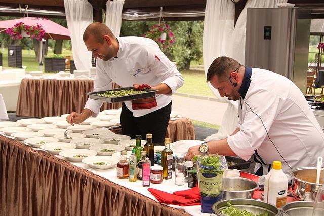 Szef kuchni Marcin Budynek szykuje dorsza z warzywami