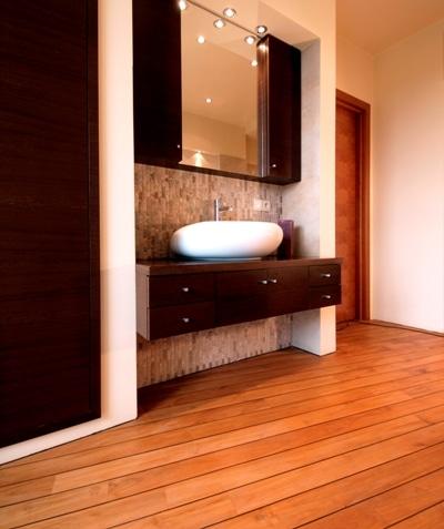 Deska teak w łazience DLH Drewno