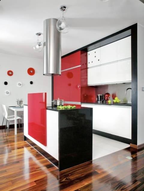 Biel, czerwień i czerń - klasyczne kontrastowe połączenie