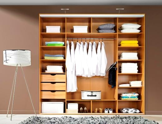 Wnętrze szafy Deco; w sypialni