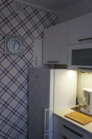 Mała kuchnia - jedna ściana dekorowana tapetą