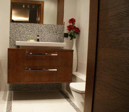 Szafka pod umywalką pozwala dobrze wykorzystać miejsce w małej łazience