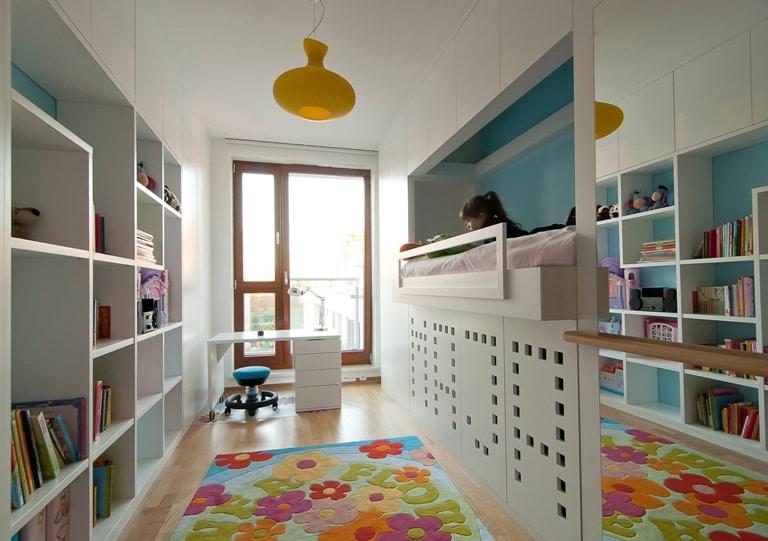 Pokój dziecka - zabudowa biała, błękitne dodatki, łóżko na wys. 150 cm we wnęce