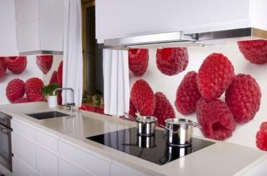 Kolor ścian do mebli kuchennych biel i śliwa
