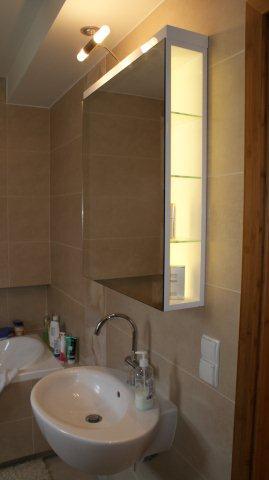 Do małej łazience warto wybrać lustro, za którym są półeczki.