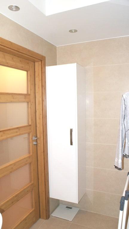 W małej łazience każdy kącik wykorzystany - mała szafka zmieści kosmetyki, chemię...
