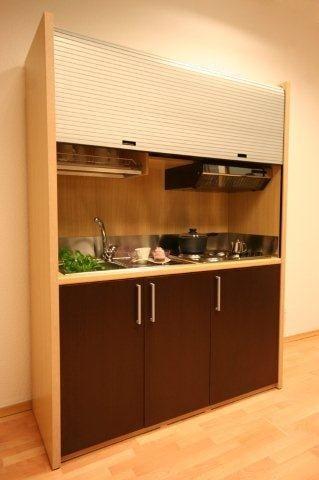 Kuchnia zamykana w szafie - drzwi żaluzjowe na górze