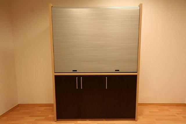 Kuchnia w szafie zamykana drzwiami żaluzjowymi
