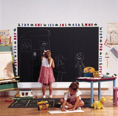 Farba tablicowa na ścianie w pokoju dziecięcym