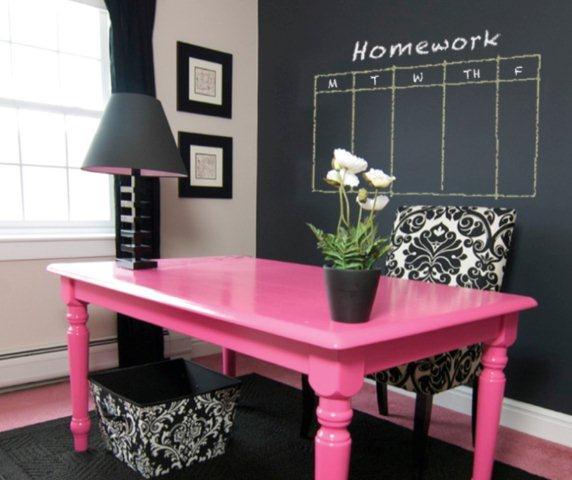 Ściana przy biurku do pracy pomalowana farba tablicową zastępuje notatnik, a jednocześnie dekoruje pokój