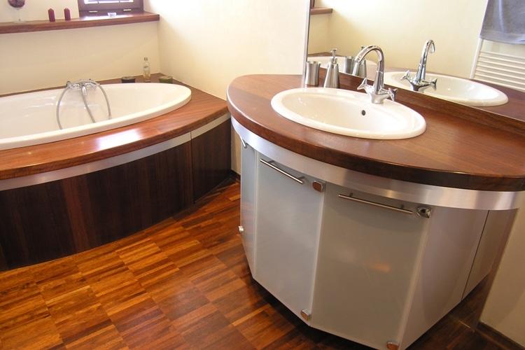 Drewno iroko w łazience - do kupienia DLH Polska