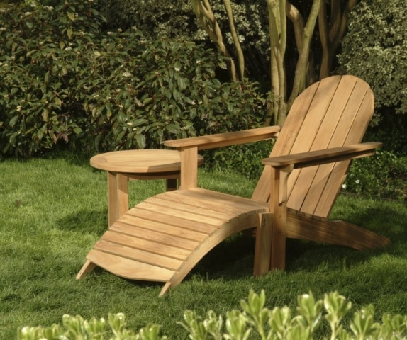 Drewniane meble ogrodowe pomalowane lakierem do drewna