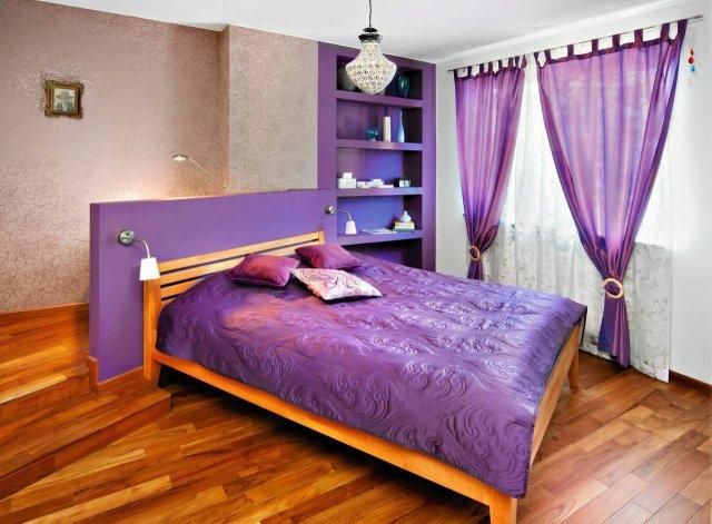 Dekoracyjny wygląd tej sypialni to w głównej mierze zasługa kolorystyki