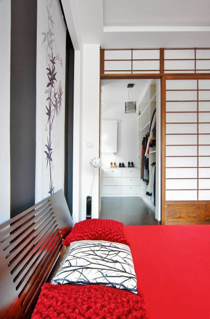 Za przesuwaną ścianą znajduje się pojemna garderoba.