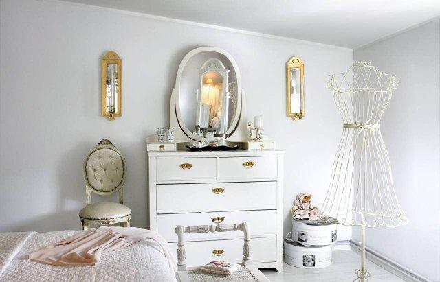 Lustrzane świeczniki w złoconych ramach były i nadal są bardzo popularne w szwedzkich domach.