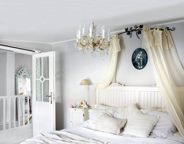 Ozdobne białe drzwi pochodzą z rezydencji szawedzkiej