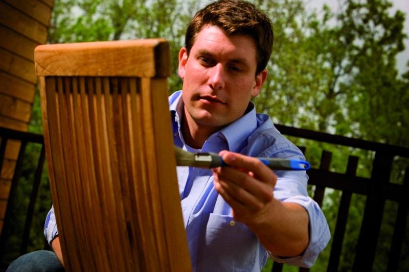 Renowacja ogrodowego krzesła drewnianego