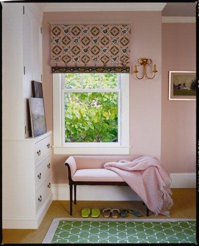 Ściany w pokoju w delikatnym, pudrowym różu. Farba Benjamin Moore