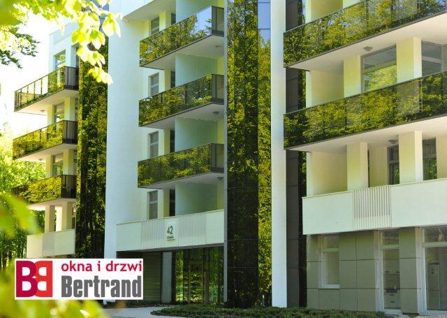 Budynek z jasnoszarymi oknami PVC firmy Bertrand
