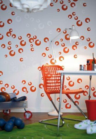 Żywy odcień pomarańczowy w zestawieniu z soczystą zielenią inspiruje do pracy twórczej. Niebanalny wzór na ścianie nadaje aranżacji dizajnerskiego charakteru.