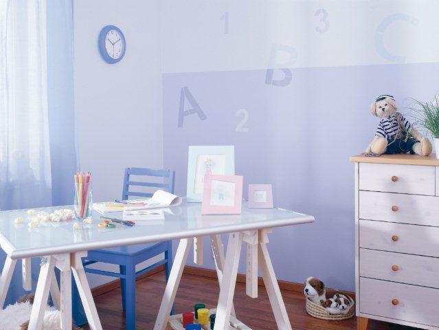 Miejsce do nauki w pokoju dziecięcym, w spokojnych kolorach. Pastelowe, spokojne odcienie pomogą w ostudzeniu emocji i w skupieniu uwagi. Na ścianie są dwa odcienie oraz wzór zrobiony za pomocą szablonu.