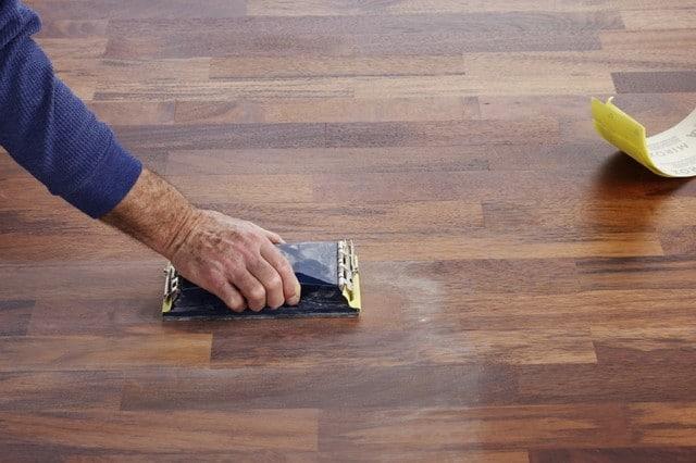Warstwę lakieru po wyschnięciu można zmatowić drobnoziarnistym papierem ściernym