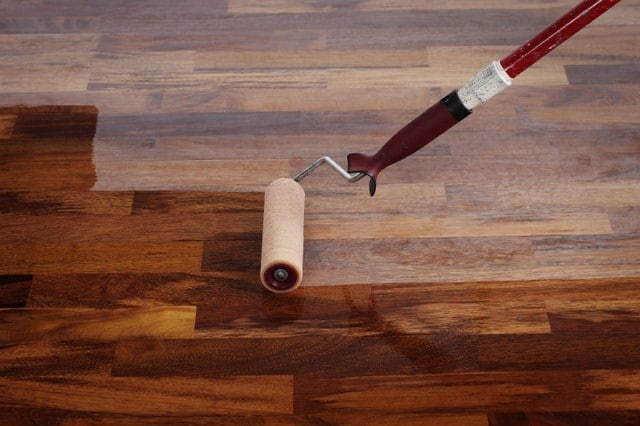 Do lakierowania podłogi najlepiej użyć wałka. Prace lakiernicze muszą być przeprowadzane w równym tempie