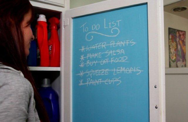 Farba tablicowa w kolorze niebieskim na drzwiczkach szafki