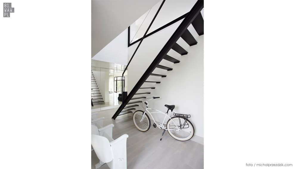 Czarne schodu na tle białych ścian - efekt murowany!