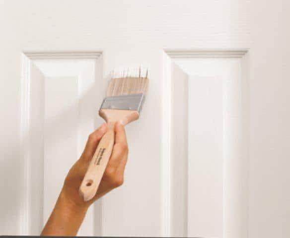 Farbą Advance™ Satin 792 można odnowić drewniane drzwi