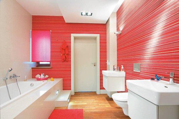 Łazienka z tapetą na ścianach
