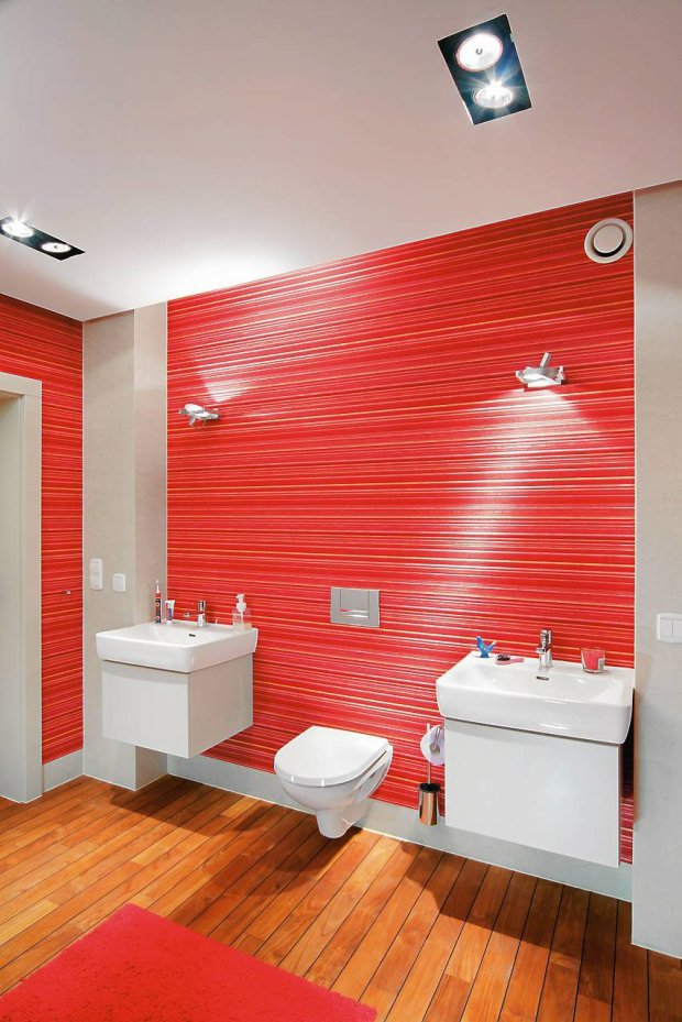 Modna łazienka z tapetą na ścianach
