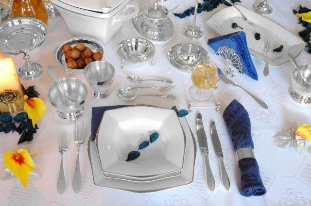 Stół nakryty do eleganckiego obiadu - sztućce Hefra