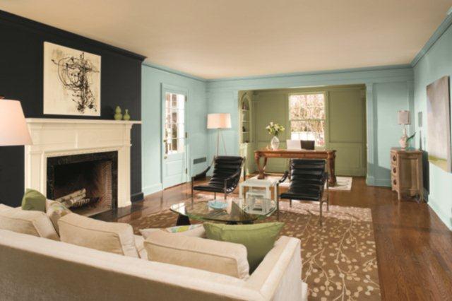 Niebiesko-czarne ściany w salonie urządzonym w stylu amerykańskim