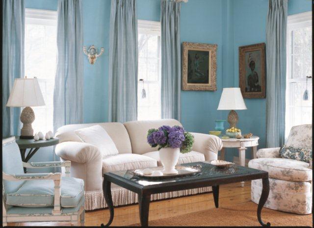 Błękitne ściany i białe meble - styl amerykański z wpływami skandynawskimi