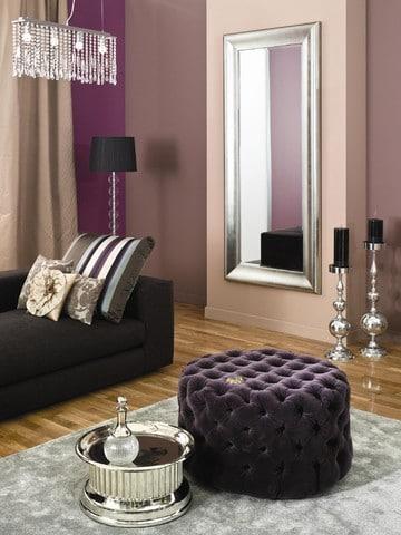 Ściany w pokoju urządzonym w stylu glamour są pomalowane farbami z linni Glamour Dekoral Fashion