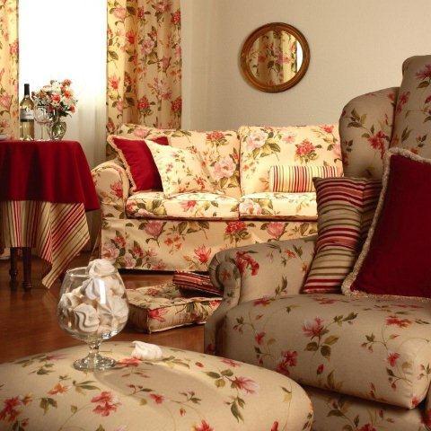 Angielska klasyka, czyli elegancja, przytulność i dominacja kwiatowych wzorów. W tym pokoju wykorzystano tkaniny z kolekcji Londres Dekoria.pl