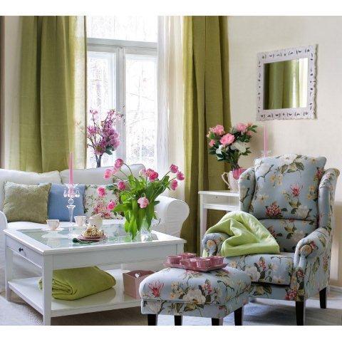 Wnętrza urządzone w stylu angielskim łaczą elegancję i przytulność. Tłem i delikatną ozdobą pomieszczenia są detale dekoracyjne o motywach florystycznych. Kwiatowe wzory na poduszkach, zasłonach czy obrusie są zaczerpnięte z XIX-wiecznego angielskiego dworku. W tym pokoju wykorzystano tkaniny z kolekcji Londres Dekoria.pl