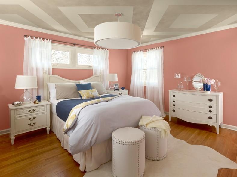 Koralowy kolor na ścianie w sypialni - paleta New Traditional Benjamin Moore
