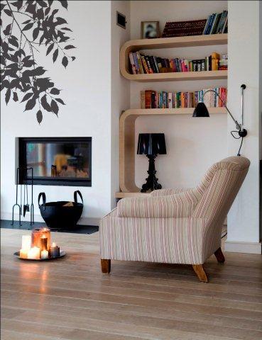 Białe ściany w pokoju to dobre tło dla innych kolorów