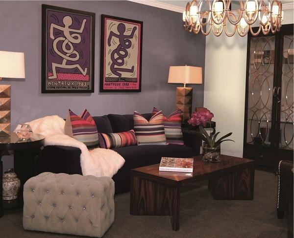 Szare ściany jako tło dla czarnej kanapy - pomalowanie farbami Para
