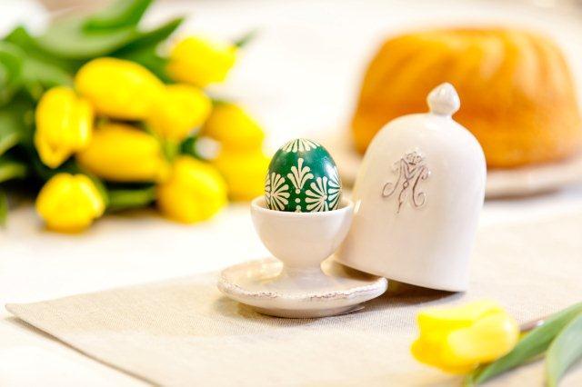 Ładny pojemnik na jajko i bukiet kwiatów - elegancka prostota
