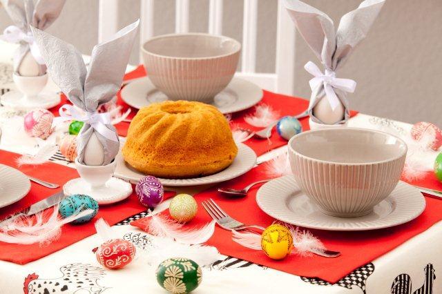 Prosty, ale efektowny pomysł na wielkanocne jaja - zawiązane w serwetki papierowe
