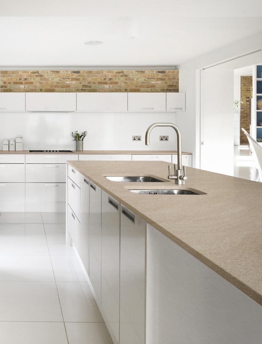 Blat kuchenny z kolorze piasku; model Kamala firmy Phleiderer